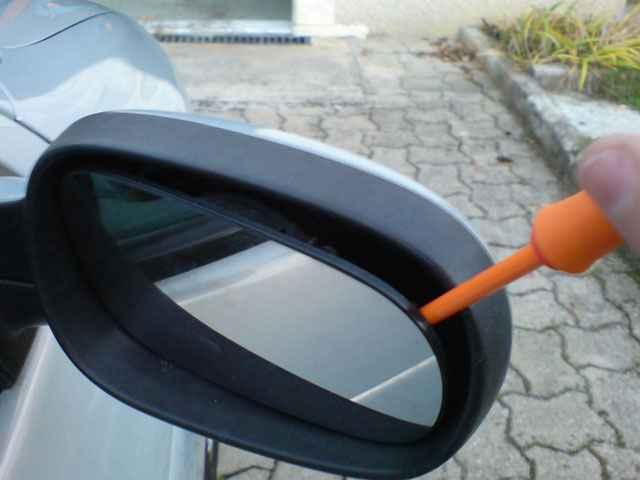отделение зеркального элемента от пластикового корпуса