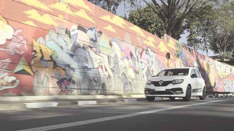 белый рено сандеро на фоне разрисованной стены
