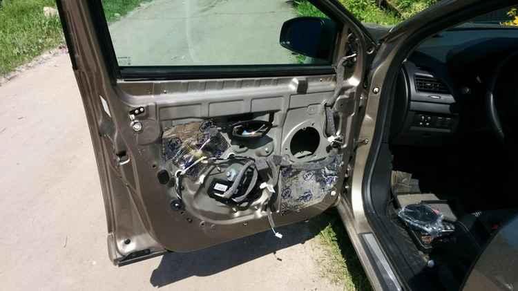 Разобранная передняя дверь Renault Fluence