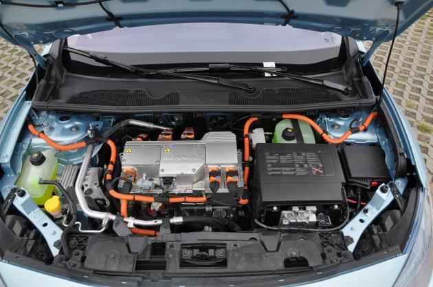 Подкапотное пространство Renault Fluence