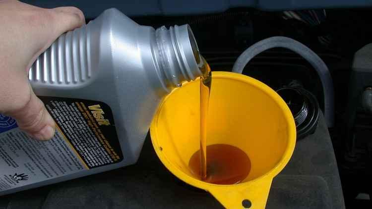 наливают масло в двигатель