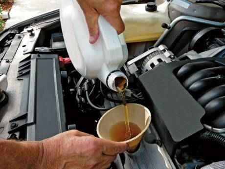 как наливать масло в двигатель