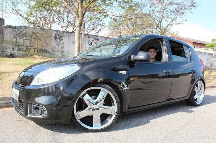 Renault Sandero с дисками нестандартного размера