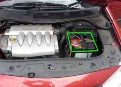 Расположение аккумулятора на Renault Megane