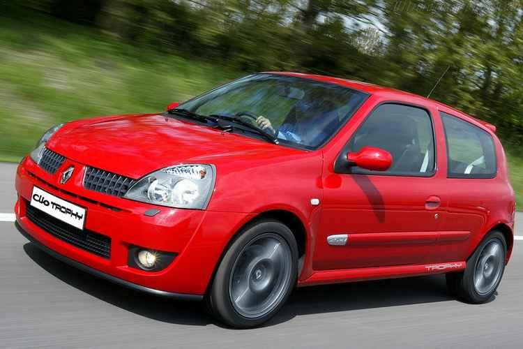 Красный Renault Clio