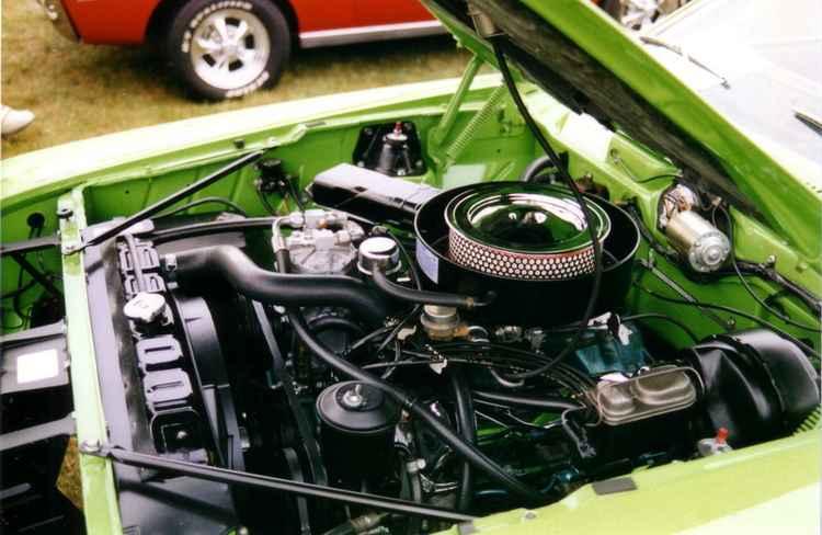 Двигатель на ретро автомобиле