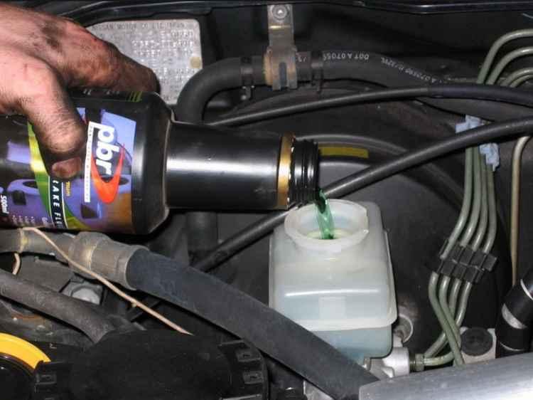 Замена старой тормозной жидкости