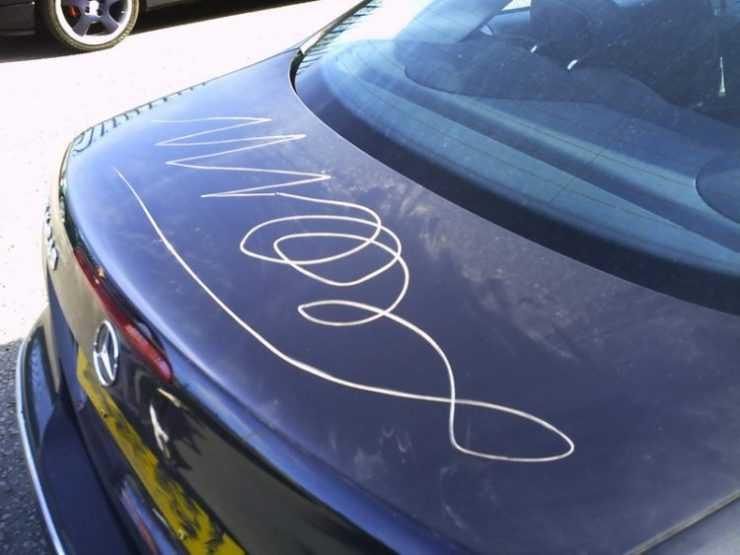 Глубокие царапины на крышке багажника