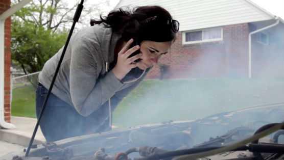 Почему некоторые водители на холостом ходу машины несколько раз сильно нажимают газ