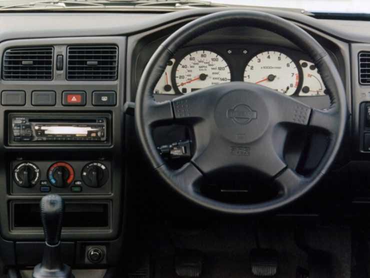 Место водителя Ниссан Альмера 1998 года