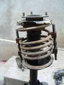 Сжимаем пружину с помощью приспособления для сжатия