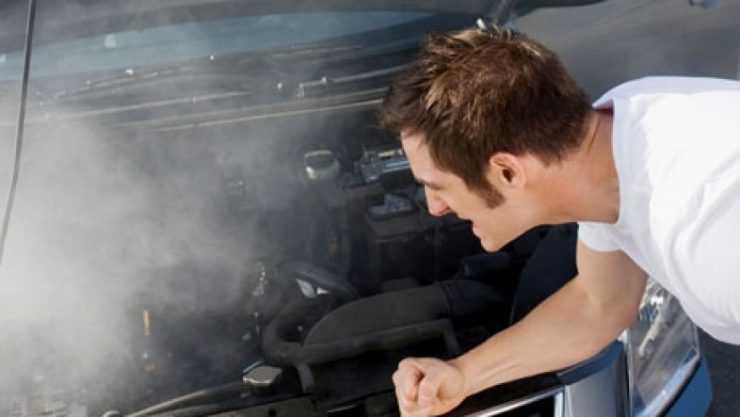 Мастер ищет причину поломки двигателя