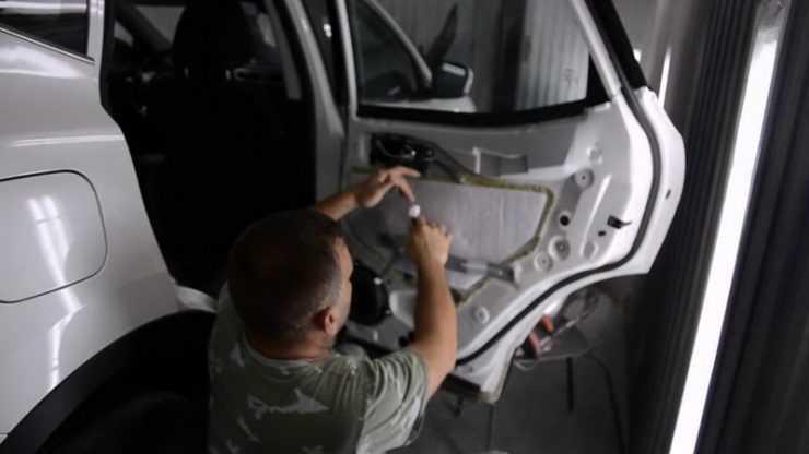 Процесс переборки внутренностей двери на Nissan Qashqai