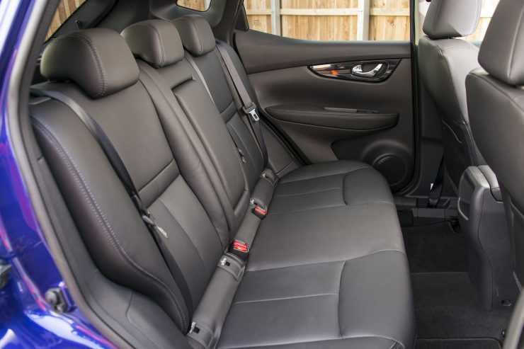 Доступ к топливному фильтру в Nissan Qashqai осуществляется через задний ряд сидений
